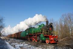 Locomotiva di vapore con le automobili di trasporto. Immagini Stock Libere da Diritti