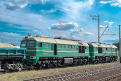 Locomotiva diesel con il treno del carico fotografia stock libera da diritti