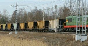 Locomotiva diesel da carga com railcar video estoque