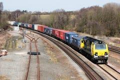Locomotiva diesel di Powerhaul con il treno del contenitore Fotografie Stock Libere da Diritti