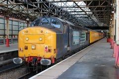 A locomotiva diesel e o teste treinam, estação de Crewe. Imagens de Stock Royalty Free