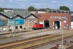 Locomotiva diesel rossa, davanti ad una rimessa locomotive a Berlino fotografia stock libera da diritti