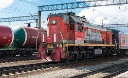 Locomotiva el?trica com os vag?es na esta??o de cidade Front View imagens de stock royalty free