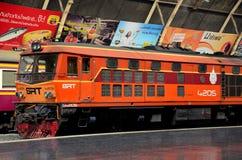 A locomotiva elétrica diesel das estradas de ferro tailandesas estacionou no estação de caminhos-de-ferro Tailândia de Banguecoqu Imagem de Stock Royalty Free