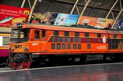 A locomotiva elétrica diesel das estradas de ferro tailandesas estacionou no estação de caminhos-de-ferro Tailândia de Hua Lampho Fotografia de Stock Royalty Free