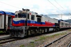 Locomotiva elétrica diesel das estradas de ferro turcas para o trem expresso de Dogu em Ancara Turquia foto de stock