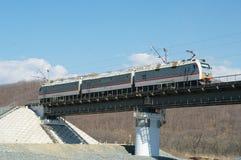 Locomotiva elétrica na ponte Imagens de Stock Royalty Free