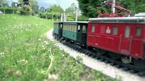Locomotiva elettrica che passa vicino video d archivio