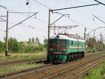 Locomotiva elettrica in due pezzi sull'allungamento Fotografia Stock Libera da Diritti