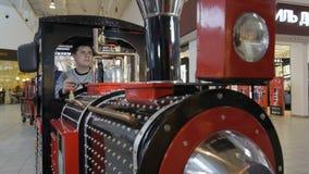 Locomotiva luminosa dei bambini di vista frontale condotta dal tipo stock footage