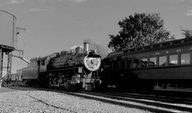 Locomotiva a vapore che intraprende l'acqua immagini stock