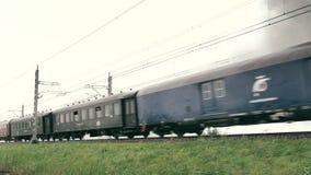 Locomotiva a vapore che tira le automobili ferroviarie del passeggero stock footage