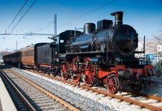 Locomotiva a vapore d'annata alla stazione Fotografie Stock