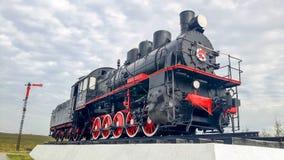 Locomotiva velha como o memorial na trilha inoperante em Salekhard imagens de stock