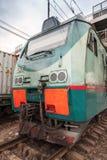 Locomotiva verde moderna del carico con i segni rossi Immagini Stock