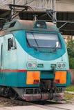 Locomotiva verde moderna del treno del carico Fotografia Stock Libera da Diritti