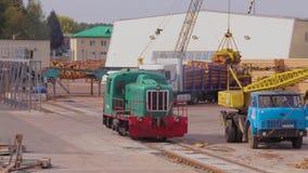 A locomotiva viaja através de uma fábrica do derevoobrabatyvayuschey, o trem viaja através da fábrica filme