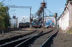 Locomotivas no depósito na estação de trem Fotografia de Stock