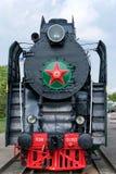 Locomotive à vapeur avec les roues rouges Rétro locomotive sur des rails Locomotive noire photo stock