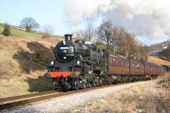 Locomotive à vapeur 80002 à la banque d'Oakworth sur le Keighley et le moût image libre de droits