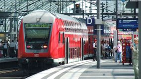 Locomotive électrique de DB de la classe 143 dans la configuration va-et-vient d'ensemble dans le terminal de Berlin Central Photo libre de droits