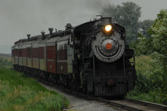 Locomotive abaissant des voies de train Photos stock