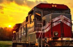 Locomotive au coucher du soleil image stock