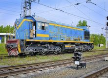 Locomotive de fret sur les rails photographie stock libre de droits