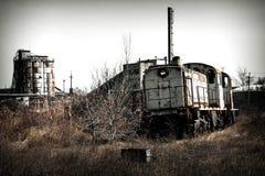 Locomotive de train sur les ruines photos stock