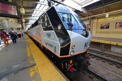 Locomotive de transit de NJ à la station de Newark, New Jersey image libre de droits