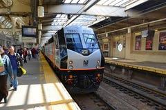 Locomotive de transit de NJ à la station de Newark, New Jersey images stock