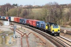Locomotive diesel de Powerhaul avec le train de récipient Photos libres de droits