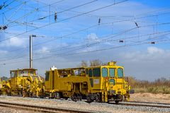 Locomotive jaune de train sous un jour nuageux photo libre de droits