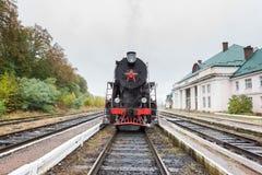Locomotive rare de train de vapeur à la petite gare ferroviaire Images libres de droits