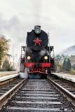 Locomotive rare de train de vapeur se préparant au départ à la gare ferroviaire, image verticale Images libres de droits