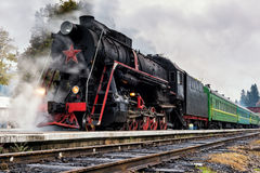 Locomotive rare de train de vapeur sur la gare ferroviaire Photographie stock libre de droits