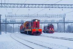 Locomotives diesel de manoeuvre pendant les chutes de neige photo stock