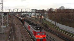 Locomotives et trains à la jonction ferroviaire banque de vidéos