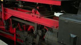Locomotor se coloca en la parada de la plataforma y se está preparando para la salida metrajes