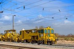 Locomotora amarilla del tren bajo día nublado foto de archivo libre de regalías