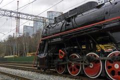 Locomotora de vapor del vintage en un ferrocarril moderno Imágenes de archivo libres de regalías