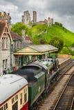 Locomotora de vapor Eddystone que tira en la estación del castillo de Corfe con el castillo de Corfe en Corfe admitido fondo, Dor foto de archivo libre de regalías