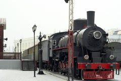 Locomotora de vapor en la estación en invierno Imágenes de archivo libres de regalías