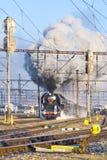 Locomotora de vapor 475 1 llamó Slechticna, stati del ferrocarril de SmÃchov Foto de archivo