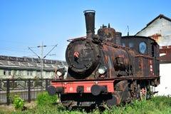 Locomotora de vapor vieja aherrumbrada en un museo al aire libre fotografía de archivo