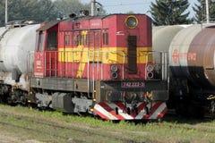 Locomotora diesel con el tren de coche del tanque en Eslovaquia foto de archivo