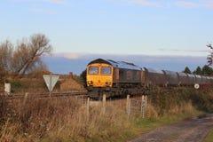 Locomotora diesel con el tren del carbón en campo Foto de archivo