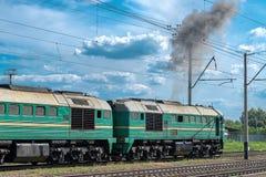 Locomotora diesel con el tren del cargo imagen de archivo libre de regalías