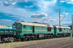 Locomotora diesel con el tren del cargo foto de archivo libre de regalías