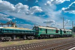 Locomotora diesel con el tren del cargo fotografía de archivo libre de regalías
